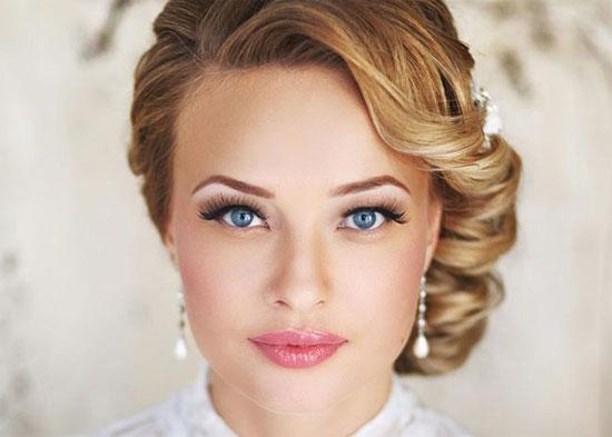 Блондинка с красивым макияжем